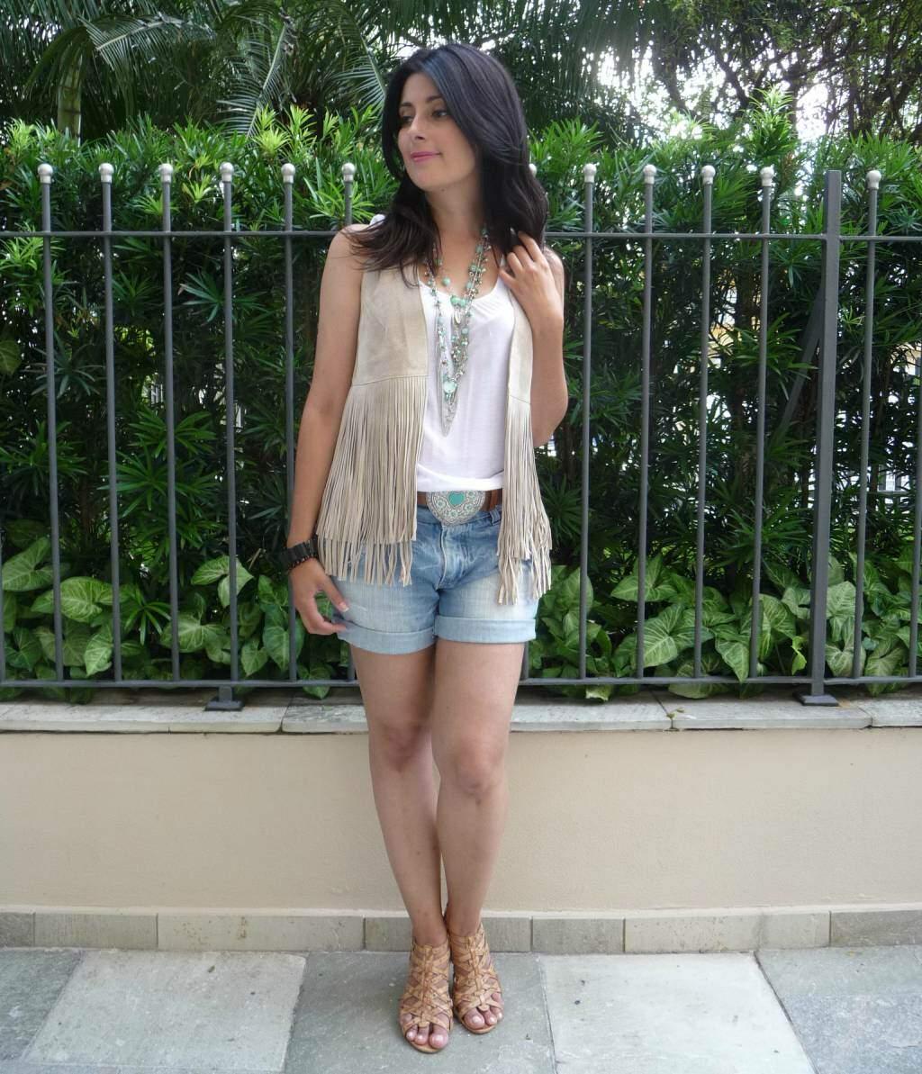 Look_shorts jeans com colete com franjas_blog el ropero_ juliana sena